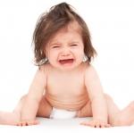 สาเหตุ 7 ประการที่ทำให้ลูกร้องไห้ และทำอย่างไรให้เขาหยุดร้อง