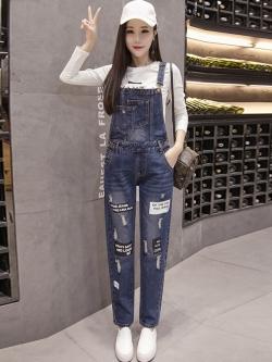เอี๊ยมกางเกงขายาว พร้อมส่ง สียีนส์เข้ม ฟอกสีสวย แต่งขาดเซอร์ๆสุดเท่ห์แต่งลายสกีนภาษาอังกฤษเก๋ ขายาว แบบใหม่สไตล์เกาหลี