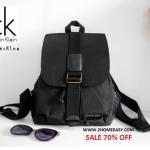 กระเป๋าสะพายหลัง Calvin Klein Backpack เป้ สีดำ พร้อมส่งที่ไทย 2017 กระเป๋าหนังสลับไนล่อน สุด chic มาพร้อมป้ายยี่ห้อ metal สีเงิน ตัดสีดำ อย่างโดดเด่น ข้างหลังมีซิปเปิดปิดได้ค่ะ ช่องกระเป๋าปกติใช้สายรูด แบบขนมจีบ ล็อคด้วยกระดุมเป๊ก สะดวกสบายและจุของได้เ
