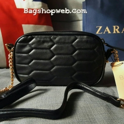 กระเป๋าสะพายข้าง หนังลายเก๋ ยี่ห้อ ZARA แท้ รุ่น Quilted Messenger Bag with Chain พร้อมส่ง ที่ไทย นำเข้า หนังเรียบ มันเงา ตัดด้วยการเย็บแบบ 6 เหลี่ยม เอกลักษณ์เฉพาะรุ่น ที่ออกแบบมาอย่างลงตัว เปิดปิดด้วยซิปคู่ สีทอง สายโซ่สีทอง เสริมความสวยหรู เบาๆ สลับกับ