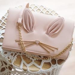 กระเป๋าสะพายข้าง ปรับถือเป็นคลัชได้ วัสดุหนังsaffiano สวยดูดี ด้านข้างแอบเก๋ด้วยขนกระต่ายน่ารักสุดๆ สไตล์ Kate มาพร้อมสายสะพายโซ่ สามารถถอดแยกได้