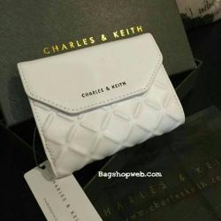 กระเป๋าสตางค์ใบสั้นพับ2ตอน CHARLES & KEITH TEXTURED WALLET วัสดุหนังเรียบขึ้นลายสวยคอลเลคชั่นใหม่ เปิดใช้ได้2ด้าน ใส่ธนบัตร นามบัตร เหรียญได้เหมือนกระเป๋าสตางค์ใบยาว ภายในมีช่องใส่รูปเเละช่องใส่บัตรหลายช่อง ตัวจริงสวยน่ารัก เป็นอีก1รุ่นสุดฮิตเเนะนำสุดๆค่ะ