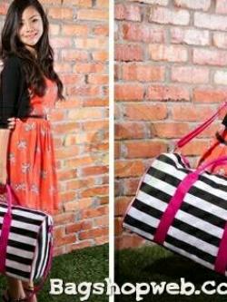 กระเป๋าเดินทาง/ฟิตเนต สีชมพู สุดทันสมัย ยี่ห้อ Victoria's Secret กระเป๋าผ้า แคนวาส สุดเริ่ด ดีไซน์แบบลายขาวดำ แถบสีชมพู สวยปังมากๆค่ะ สามารถใส่เสื้อผ้าไว้ไปเที่ยว หรือไปฟิตเนต ใบนี้คุ้ม จุ และสวยมากๆค่ะ ปากกระเป๋า เปิดปิดด้วยซิป ใบใหญ่ จุได้เยอะ สะใจ