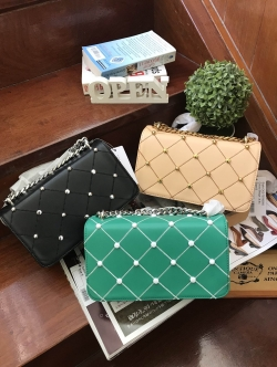 Charles & Keith Embellished Quilted Clutch free ถุงผ้า มี 3 สีให้เลือกค่ะ