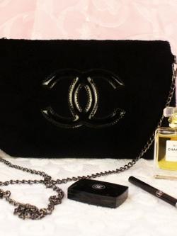 กระเป๋า Chanel พรีเมี่ยมกิ้ฟ จากเคาเตอร์ต่างประเทศคะ วัสดุเป็นผ้าcoton ขนนิ่ม น้ำหนักเบา สวยหรู ตามแบบฉบับของแบรนด์เลย ตัวกระเป๋าขนาดกำลังดี ใส่มือถือได้ทุกรุ่น สามารถเก็บสายถือเป็นคลัชออกงานได้คะ หรือ สะพายข้างได้ รับรองถือหรื