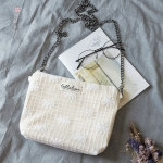 { พร้อมส่ง } กระเป๋าสะพายข้างผ้าลูกไม้สีขาวลายตาราง (มีสายให้เลือก 2 สี)
