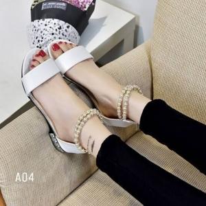 พร้อมส่ง รองเท้าส้นเตี้ยรัดข้อสีขาว มีสายมุกรัดข้อปรับระดับ แฟชั่นเกาหลี [สีขาว ]