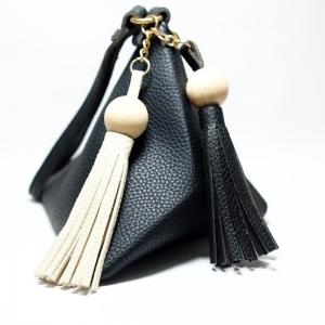 กระเป๋าถือ กระเป๋าคลัทช์ ทรงสามเหลี่ยมเล็ก มีตุ้ม หนังPU [สีดำ ]