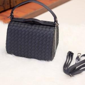 กระเป๋าสะพายแฟชั่น กระเป๋าสะพายข้างผู้หญิง หนังลายสาน ขนาดกระทัดรัด [สีดำ ]