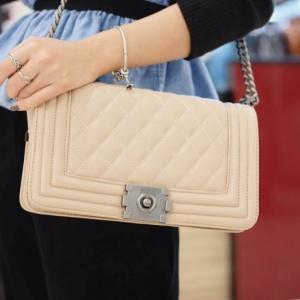 กระเป๋าสะพายแฟชั่น กระเป๋าสะพายข้างผู้หญิง Chanel Boy Classic 10 Inch [สีนู๊ด]