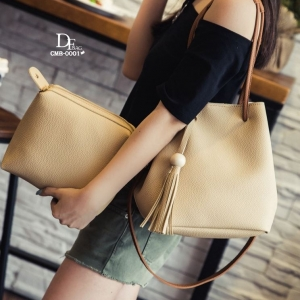 กระเป๋าสะพายแฟชั่น กระเป๋าสะพายข้างผู้หญิง ประกอบด้วยกระเป๋า2ใบ ประดับพวงกุญแจพู่น่ารัก [สีกากี ]