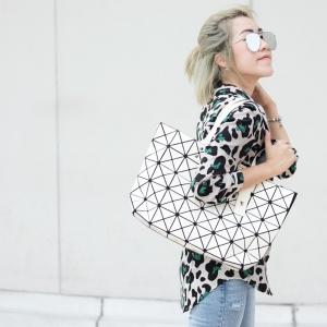 กระเป๋าสะพายแฟชั่น กระเปาสะพายข้างผู้หญิง ISSEY MIYAKE BAO BAO 7*8 Logo [สีขาว ]