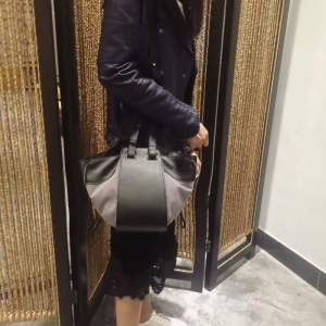 กระเป๋าสะพายแฟชั่น กระเป๋าสะพายข้างผู้หญิง ทรงซีลีน ถือก็ได้ สะพายก็ได้ [สีเทา ]