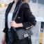 พร้อมส่ง กระเป๋าสะพายข้างผู้หญิง CN คาเวียร์ 8 นิ้ว (ก้านแก้ว) [สีดำ] thumbnail 2