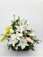 กระเช้าดอกไม้กุหลาบ-ลิลลี่ขาว รหัส 2053