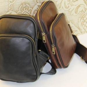 กระเป๋าสะพายข้าง แนวตั้งแต่งซิบทอง2ชั้น PU สี น้ำตาลกุ๊นดำ