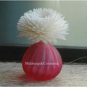 ขวดแก้วอโรม่าชมพูแดงมุก+ดอกเยบีร่า 6-7 ซม.