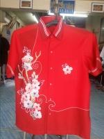 เสื้อบาติก ลายดอกไม้ขาว สีแดง สีสันสดใส จากร้าน Monday Batik