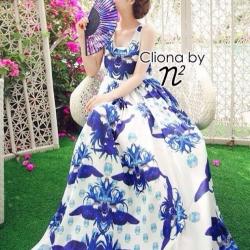 Dress สีขาว ทรงแขนกุดแต่งขอบแขนด้วยเนื้อผ้าสีฟ้า ดูสดใส