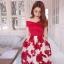 เดรสยาว ตัวเสื้อเป็นแถบผ้ายืดมีลายในตัว เย็บไขว้กันตามแบบสีแดง กระโปรงผ้าตาข่ายปักริบบิ้นแดงรูปดอกไม้