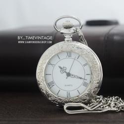 นาฬิกาคลาสสิคทรงกลมระบบถ่านสีเงินฝาหน้าคริสตัลหน้าปัดเลขโรมัน