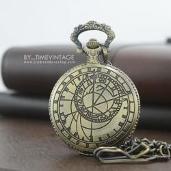 นาฬิกาพกฝาทึบล็อตเก็ต ลายปฎิทินโบราณ สีทองเหลือง (พร้อมส่ง)