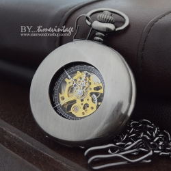 นาฬิกาพกกลไกไขลานโรมันสีดำขัดพื้นหลังเรียบ