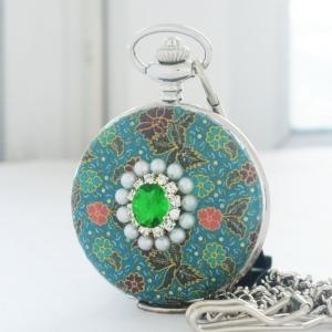นาฬิกาของขวัญไทยลายผ้าปาเต๊ะ ประดับคริสตัลสีเขียว ของขวัญเสริมดวง