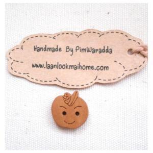 กระดุมไม้รูปแอปเปิ้ลขนาด 1.5cm 1 จำนวน= 4เม็ด