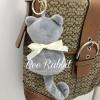 พวงกุญแจ ที่ห้อยกระเป๋า รูปแมวสีเทาผูกโบว์
