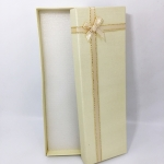 กล่องของขวัญสีครีม แบบยาว แต่งริบบิ้น