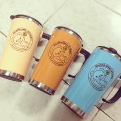 แก้วน้ำเก็บความร้อน หรือ เย็น เหมาะสำหรับใช้จิบกาแฟเป็นต้น มี3สี: น้ำตาล ฟ้า และครีม