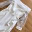 เดรสผ้าเครปตกแต่งออร์แกนซ่าสีขาวทรงเปิดไหล่ thumbnail 5