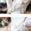 เสื้อแฟชั่นคอกลมสีขาวแขนยาวตัดต่อผ้าลูกไม้ลายดอกไม้สีขาวค่ะ thumbnail 12
